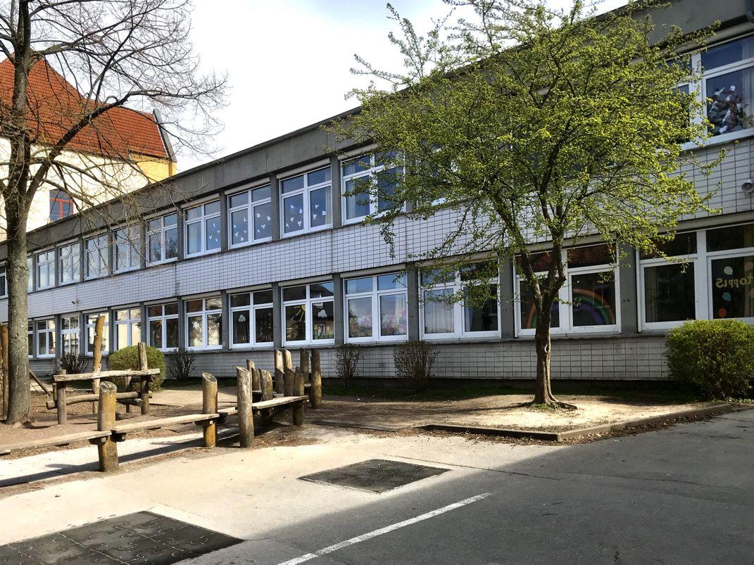 Schulhof, C-Trakt 1