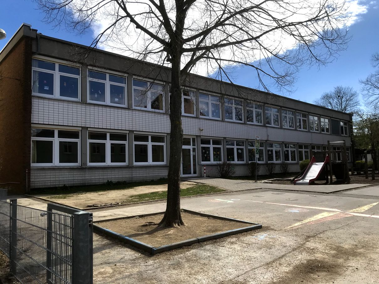 Schulhof, C-Trakt 2